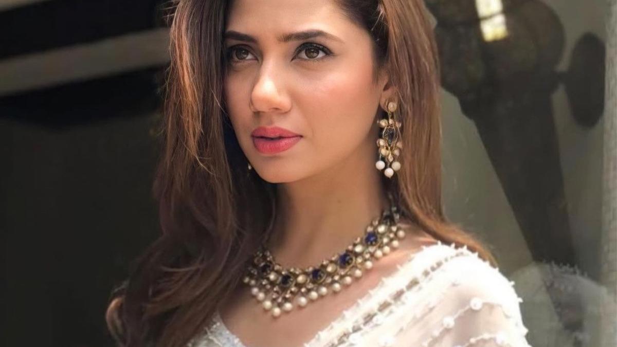 Headline Mahira Khan says she is not even engaged